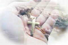 Jesus Christ Symbol With Gold-Kreuz in der Palme der Hand mit Wolken-hoher Qualität stockfoto