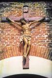 Jesus Christus auf dem Kreuz vor Wand lizenzfreie stockfotos