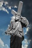 Jesus-Christus draagt het kruis Stock Foto