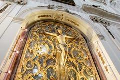 Jesus-Christus kruisigde, met relikwieënschrijn Royalty-vrije Stock Afbeeldingen