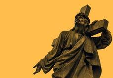 Jesus com a cruz em seu ombro cartão Espaço para o texto imagens de stock royalty free