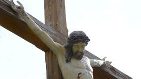 Jesus Cristo cruxified A crucificação Cruz cristã com a estátua de Jesus Christ sobre o lapso de tempo tormentoso das nuvens filme