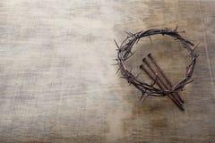 Jesus Crown Thorns e chiodi fondo di lerciume e sul vecchio di legno Retro stile dell'annata Spazio libero per testo fotografie stock