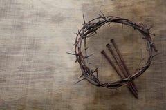 Jesus Crown Thorns e chiodi fondo di lerciume e sul vecchio di legno Retro stile dell'annata Spazio libero per testo immagini stock libere da diritti