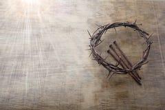 Jesus Crown Thorns e chiodi fondo di lerciume e sul vecchio di legno Retro stile dell'annata Spazio libero per testo fotografie stock libere da diritti