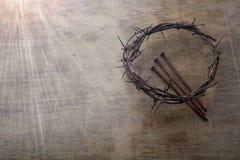 Jesus Crown Thorns e chiodi fondo di lerciume e sul vecchio di legno Retro stile dell'annata Spazio libero per testo fotografia stock libera da diritti