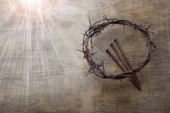 Jesus Crown Thorns e chiodi fondo di lerciume e sul vecchio di legno Retro stile dell'annata Spazio libero per testo immagine stock libera da diritti