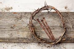 Jesus Crown Thorns e chiodi fondo di lerciume e sul vecchio di legno Retro stile dell'annata immagini stock libere da diritti