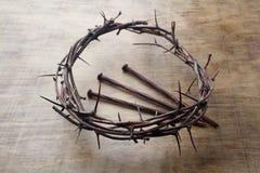 Jesus Crown Thorns e chiodi fondo di lerciume e sul vecchio di legno Retro stile dell'annata immagine stock