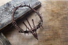 Jesus Crown Thorns e chiodi fondo di lerciume e sul vecchio di legno Retro stile dell'annata immagine stock libera da diritti