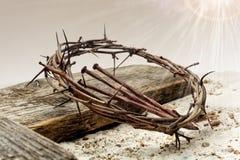 Jesus Crown Of Thorns ed incrocio sulla sabbia Retro stile dell'annata fotografie stock