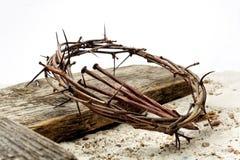 Jesus Crown Thorns et clous et croix sur le sable Rétro type de cru photo stock