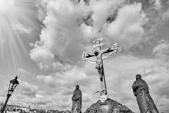 Jesus Crucifixion-standbeeld met het Hebreeuwse van letters voorzien in Charles Bridge Prague, Tsjechische Republiek Rebecca 36 royalty-vrije stock afbeeldingen