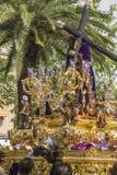 Jesus de Nazareth que leva a cruz de madeira, trono mais popular dentro Imagens de Stock Royalty Free