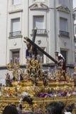 Jesus de Nazareth que leva a cruz de madeira, trono mais popular dentro Foto de Stock