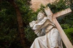 Jesus, der das Kreuz trägt lizenzfreies stockfoto