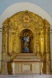 Jesus die een kind in een altaar opheffen royalty-vrije stock afbeelding