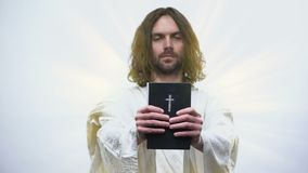 Jesus die Heilige Bijbel geven, die gebed, het rechtschapen leven in katholicisme verzoeken stock footage