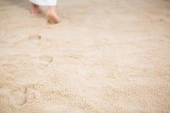Jesus die voetafdrukken in zand verlaten royalty-vrije stock foto