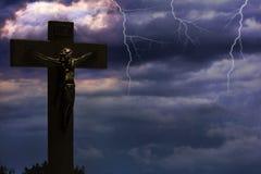 Jesus Dying On Cross And, der herein auf Himmel aufsteigt vektor abbildung