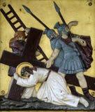 Jesus faller den andra gången, 7th stationer av korset Royaltyfri Foto