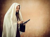Jesus gebruikt de tablet Royalty-vrije Stock Afbeeldingen