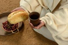 Jesus Hands Holding Bread en Wijn Stock Afbeelding