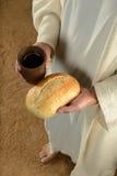 Jesus Hands Holding Bread och vin fotografering för bildbyråer