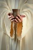 Jesus-Hände, die Cup anhalten Stockfotos