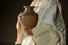 Jesus Holdind som en tillbringare av bevattnar arkivfoto