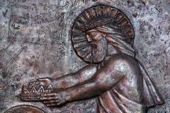 Jesus i himmel som räcker kronan till Joseph för hans trogna service Arkivfoton