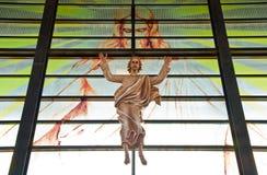 Jesus i kyrka med guden arkivbild