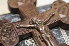 Jesus na cruz na igreja Cruz de madeira com crucificação de Jesus Christ foto de stock