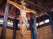 Jesus på kors i träkyrkan Arkivfoto