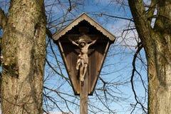 Jesus på korset i by Arkivfoto