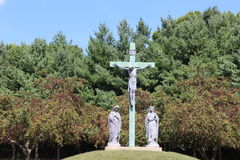 Jesus på korset på en gräs- kulle Royaltyfri Fotografi