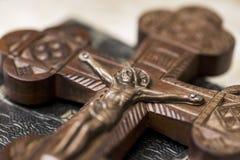 Jesus p? korset i kyrka Träkors med Jesus Christ korsfästelse royaltyfria foton