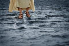 Jesus que anda na água fotografia de stock royalty free