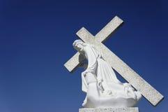 Jesus que leva uma cruz Foto de Stock