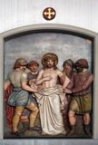 Jesus rivs av av hans plagg, 10th stationer av korset Royaltyfri Foto
