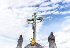 Jesus som hänger på korset i en staty Inri skulptur Arkivfoto