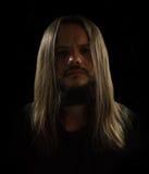 Jesus som ser grabben i en svart bakgrund Arkivfoton