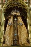Jesus staty på korset på altaret Royaltyfria Bilder