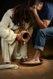 Jesus Washing Feet van de Mens stock afbeeldingen