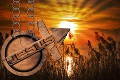 Jesus Wooden Symbol avec la croix au coucher du soleil Photos libres de droits