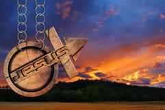 Jesus Wooden Symbol avec la croix au coucher du soleil Photographie stock