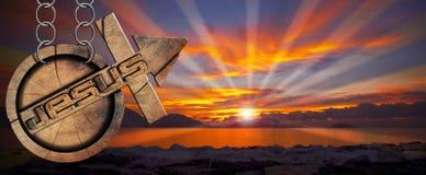 Jesus Wooden Symbol avec la croix au coucher du soleil Images libres de droits