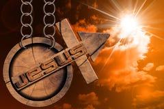 Jesus Wooden Symbol con la cruz en la puesta del sol Imagenes de archivo