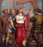 Jesus wordt gegeven zijn kruis, 2de Posten van het Kruis Royalty-vrije Stock Foto