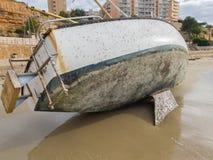 Jeté à terre faites de la navigation de plaisance Bateau à voile sur le rivage arénacé image libre de droits